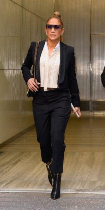 كيف بدت إطلالات جنيفر لوبيز بموضة البلايزر؟