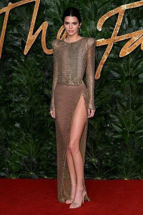 ميغان ماركل تصدم الجميع بفستانها وإطلالات غريبة في The Fashion Awards