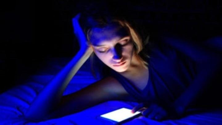 الضوء الأزرق ليلا.. ساعة واحدة منه قد تصيبك بالسكري