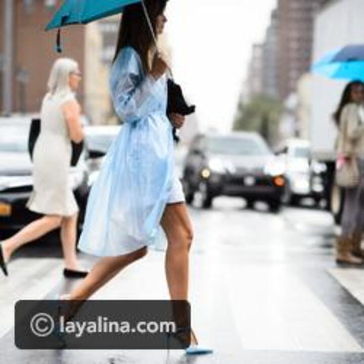 قطع أساسية يجب أن تكون في خزانة ملابسك لأوقات المطر المفاجأة