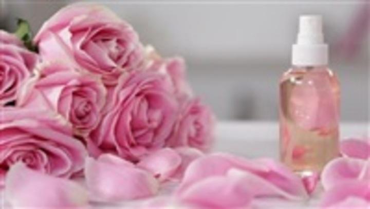 وصفات ماء الورد الطبيعية للعناية الكاملة بالشعر.. جربيها