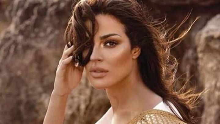 جاكيت جيش وبدون مكياج.. نادين نسيب نجيم بـ إطلالة طبيعية مع أغنيتها المفضلة