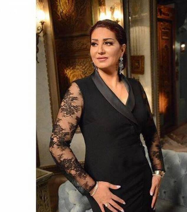 بالصور - وفاء عامر تخفي فستانها الجريء بحركات غريبة.. شاهدوا ماذا فعلت