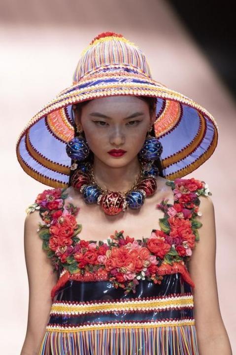 موديلات قبعات تتألقين بها هذا الصيف