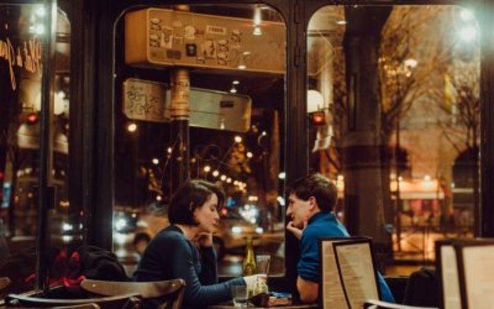 هل يختلف سلوك الرجل في الأكل بحضور المرأة؟ وهل يختلف سلوكها بحضور الرجل؟