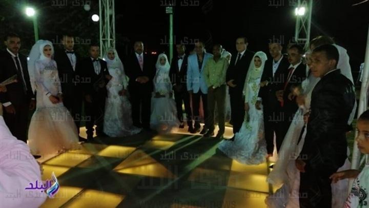 نائب الصف يقيم حفل زفاف جماعي لـ 15 عريسا وعروسة بالدائرة .. صور