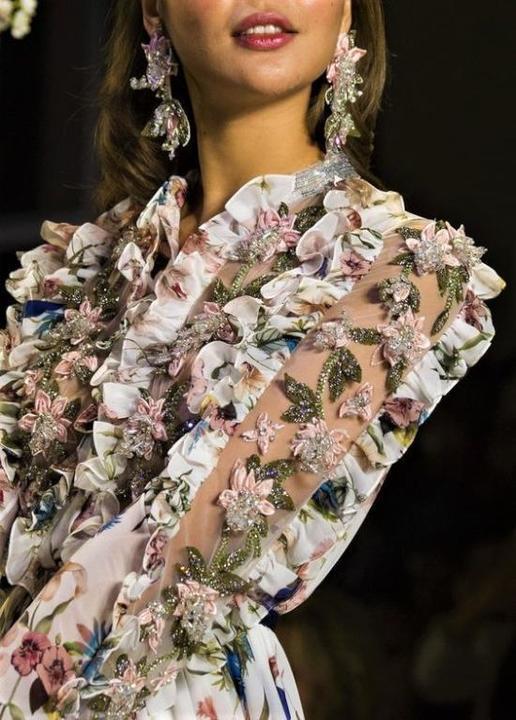 استوحي موديلات الأقراط من عروض الأزياء العالمية