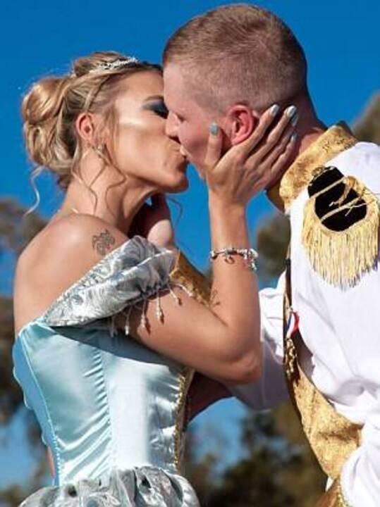 عروس تجبر المدعوين على تجسيد شخصيات مختلفة من أفلام