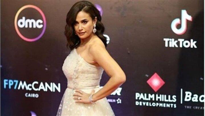 بـ فستان راقٍ .. هند صبرى تخطف الأنظار في افتتاح القاهرة السينمائي | شاهد