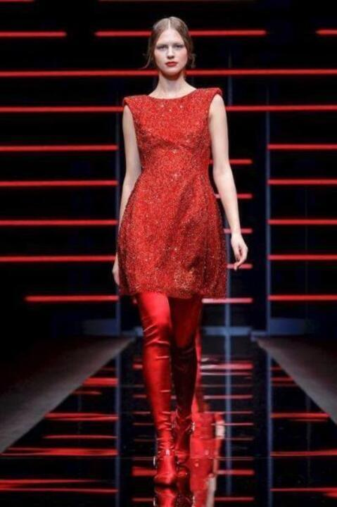 فساتين سهرة باللون الأحمر تزيد من طول القامة