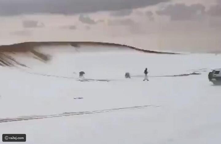 شاهد: البرَد يكسو رمال النفود السعودية بالبياض