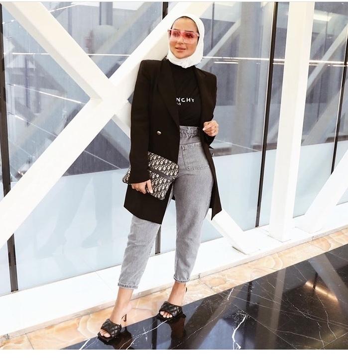 إطلالات أنيقة بالبناطيل عالية الخصر من مدونات الموضة المحجبات