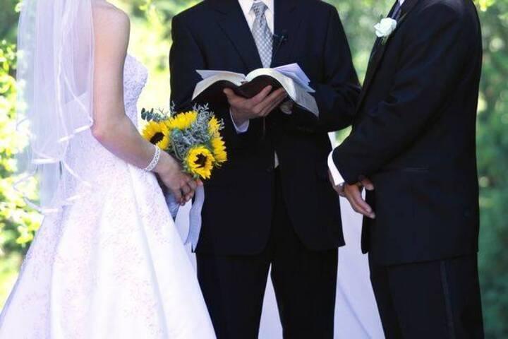 كاهن يرتكب خطأً فادحاً خلال حفل زفاف