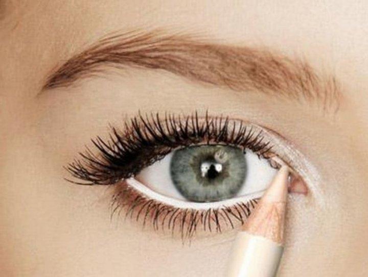 طريقة عمل مكياج عيون لإضاءة العين