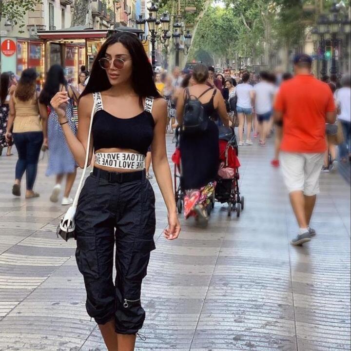 تنسيقات شبابية باللون الأسود من وحي رينة فرح