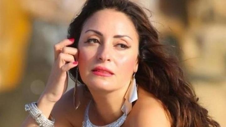 بـ كاش مايوه و قبعة ...نيرمين الفقى تخطف الأنظار على البحر