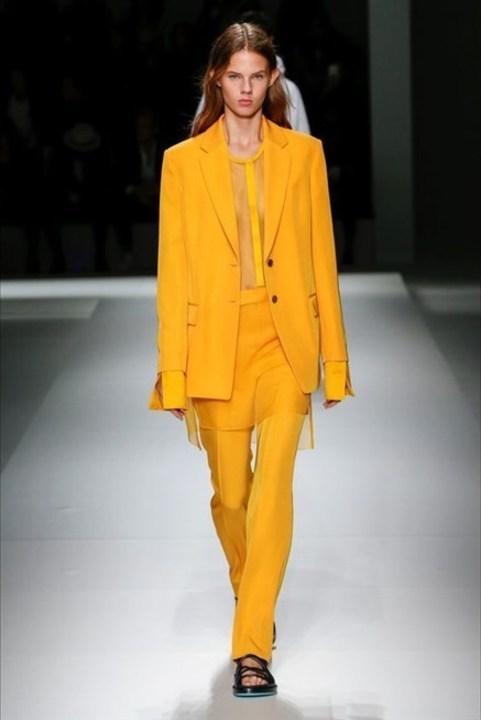 اطلالات عصرية وجريئة مع هذه البدلات النسائية الملونة!