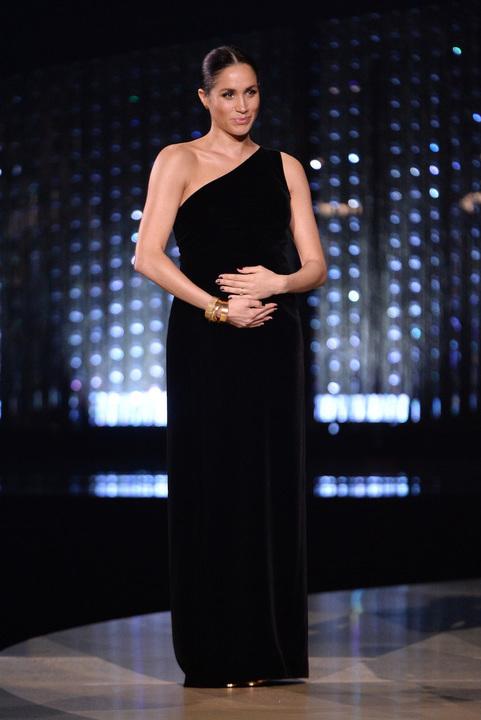 دوقة ساسكس ميغان ماركل في ظهور مفاجئ لتكريم مصممة فستان زفافها