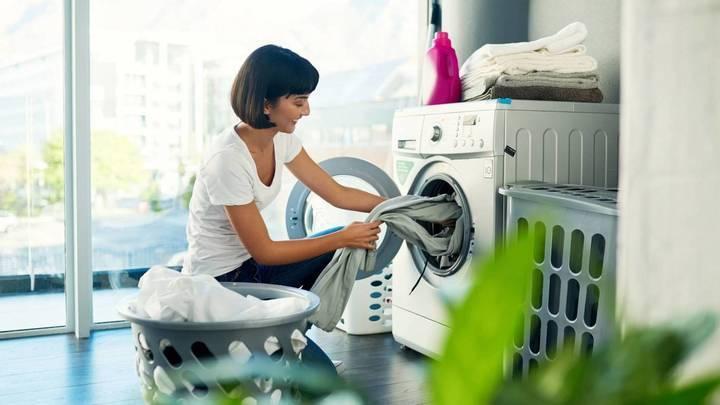 هذا ما يجب أن تضيفيه إلى ماء غسل الملابس لتمنعي انكماش القماش