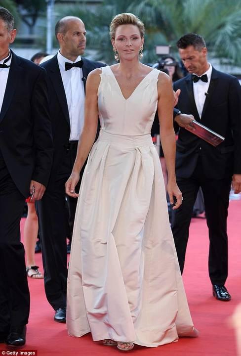 """أميرة موناكو تختار فستانا ورديا بسيطا في حفل """"الحورية الذهبية"""""""