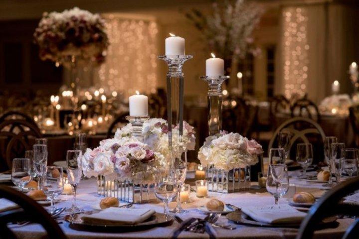 ديكورات حفل زفاف مميزة بالورود و الشموع