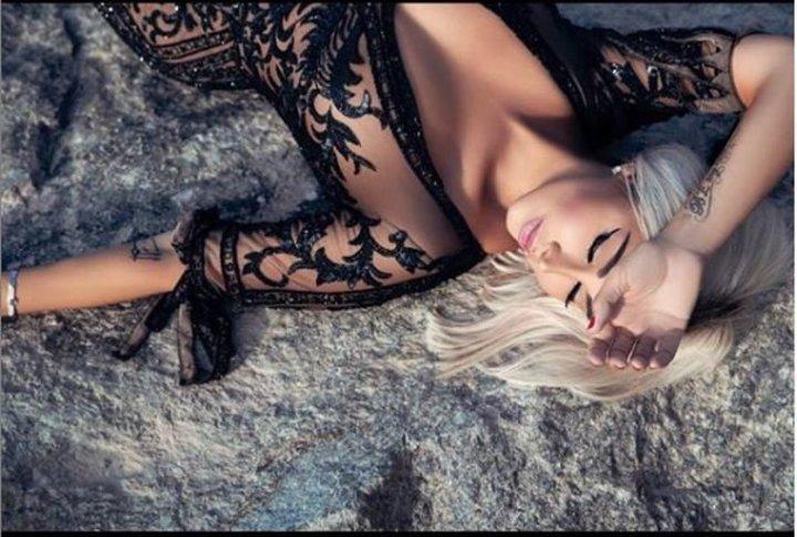 بـ فستان شيفون شفاف.. جويل مردينيان تصدم متابعيها بصورة مثيرة على الرمال