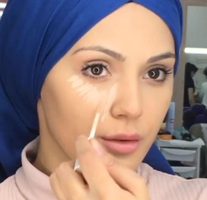 مكياج عيون وكونتور للوجه ولفة سكارف باللون الأزرق بالفيديو