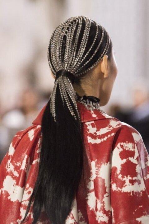 كيف تنتقين اكسسوارات شعر السلاسل لسهرات نهاية العام