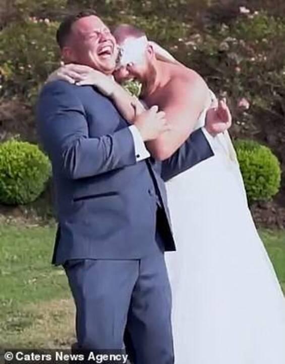 وقع أرضًا من الضحك عندما استدار ليرى عروسه...خدعة لا مثيل لها