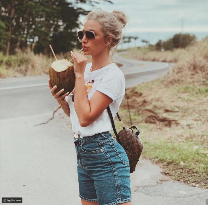 تيشرت أبيض وبنطلون جينز على طريقة المشاهير