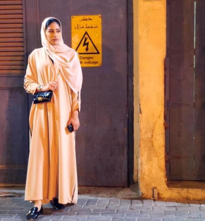 عبايات محتشمة وبسيطة على طريقة رزان الجاسم