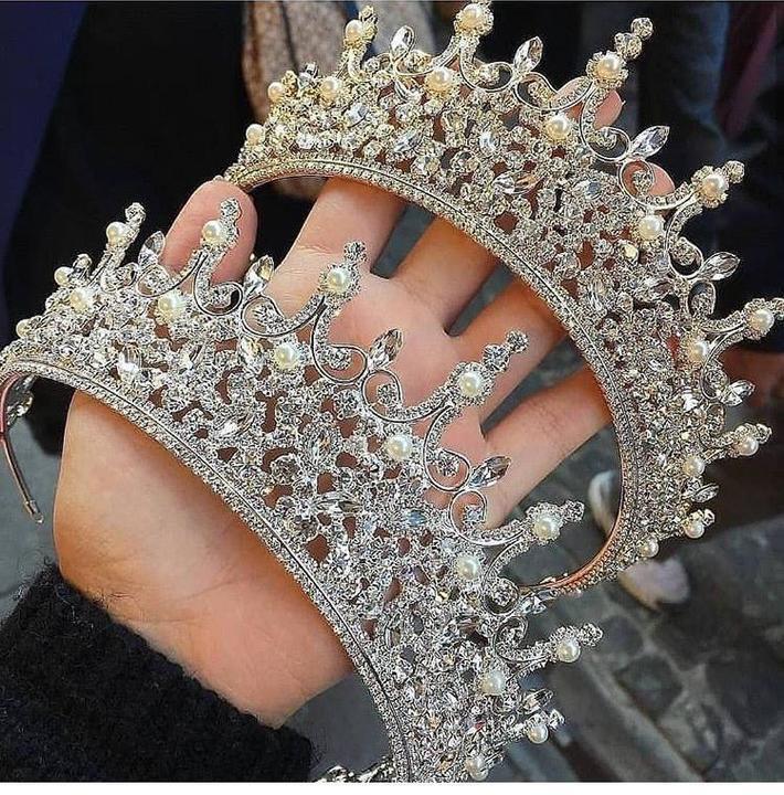 تاج عروس مرصع بأحجار اللؤلؤ العاجي