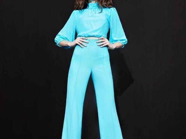 alice + olivia تقدم أزياء الستينات بلمسة عصرية مبتكرة