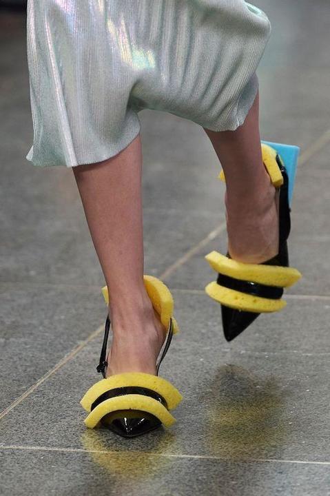 634d703363ac0 مصنوعة من الإسفنج.. بالصور تعرف على آخر تقاليع الموضة في الأحذية
