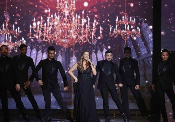 السوبرانو تانيا قسيس تتألّق بفستان إيلي صعب في حفلها الأخير في بيروت