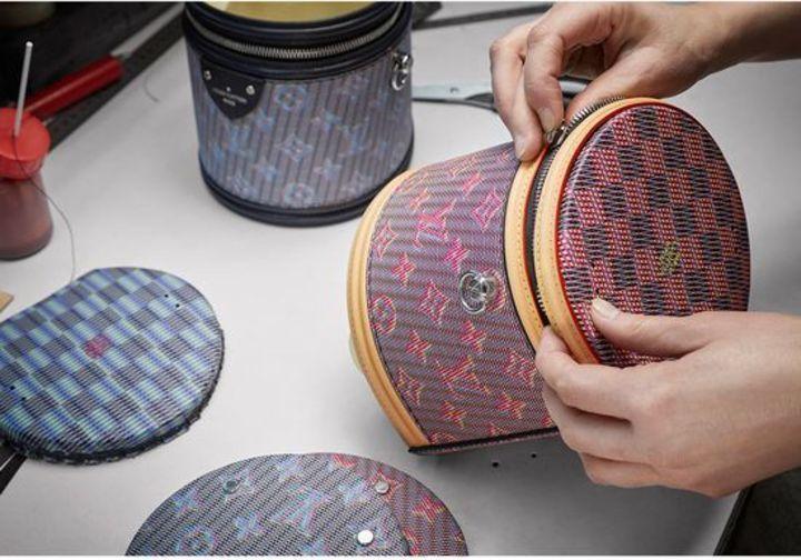 في كواليس تصنيع حقيبة لويس فويتون كل تفصيل أكثر أهمية من الآخر