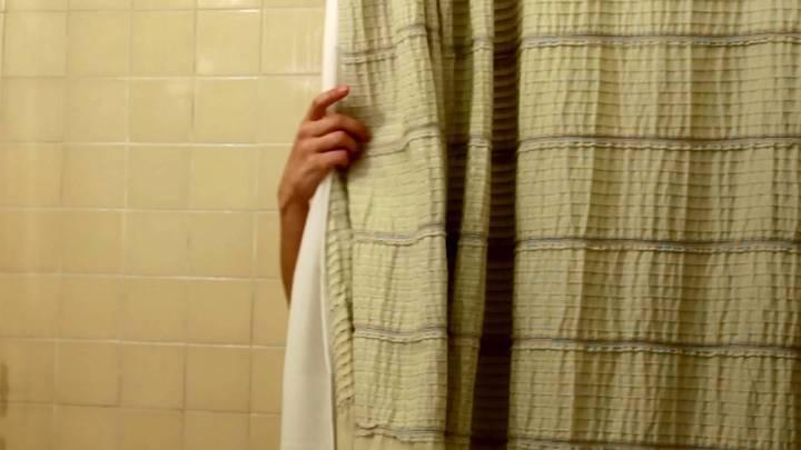 هذه الطريقة تمنع تعفن ستارة حوض الاستحمام... جربوها منذ الآن