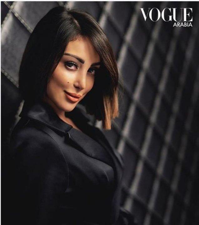 بليزر ستان أسود.. زوجة تامر حسني تتألق من جديد لحساب Vogue