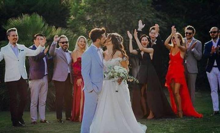 بالفيديو والصور - زفاف نجمة تركية يحدث ضجة.. 3 فساتين بيضاء وأغنية خاصة