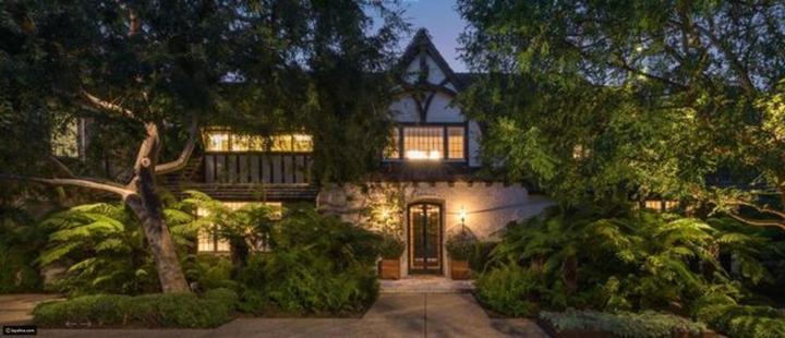 صور: هنا عاش براد بيت وجينيفر أنيستون.. قصرهم الفخم للبيع برقم خيالي