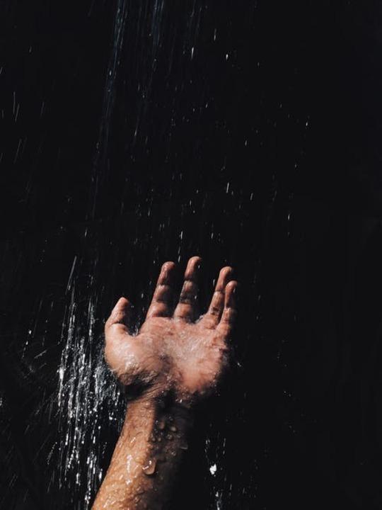 اكتشفي تأثير الماء البارد والدافئ عليكِ