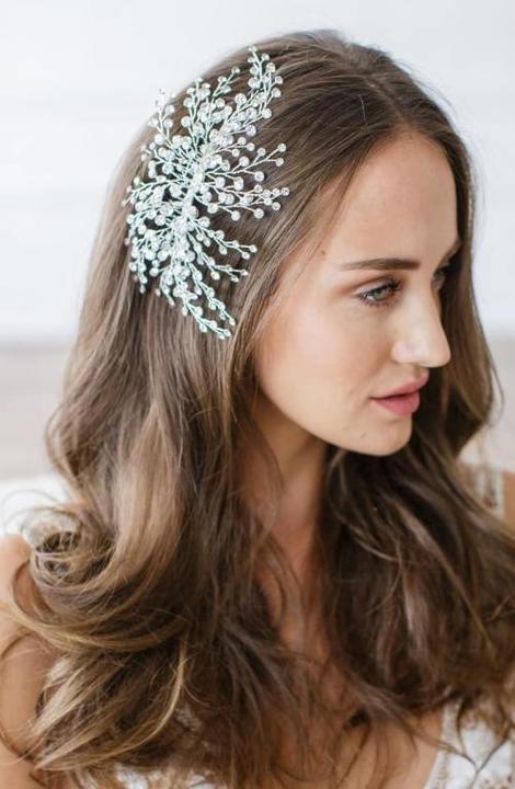 bbac539ff5fc2 تسريحات شعر للعروس مع إكسسوارات الورود