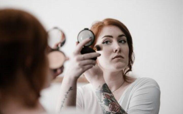 أخطاء شائعة ترتكبها معظم النساء أثناء وضع أحمر الخدود