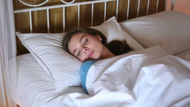 هل تعرفين أن النوم في غرفة مضاءة يسبب زيادة وزنك؟ إليك التفاصيل