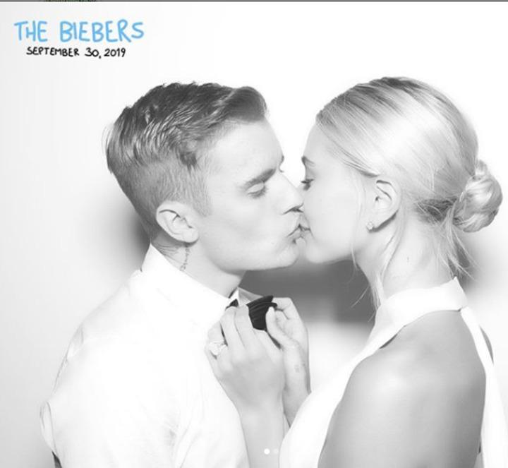 قبلة جريئة .. الصور الأولى من حفل زفاف جاستين بيبر وهايلي بالدوين