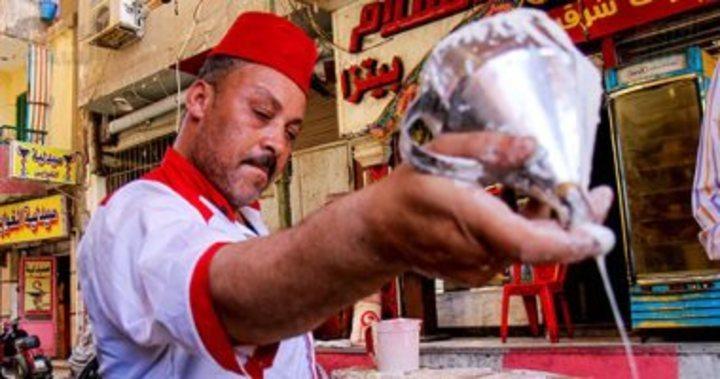 صورة اليوم.. بالكنافة والقطايف أجواء رمضان فى الشارع مفيش زيها