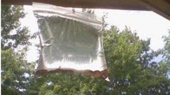ضعي هذا الكيس أمام النافذة وشاهدى ماذا يحدث