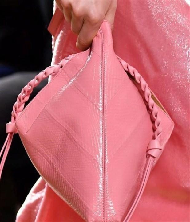 في شهر التوعية حول سرطان الثدي... إليك أجمل الحقائب الوردية!