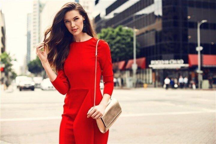 هذه الرسائل التي يخبئها لك الفستان الأحمر في المنام!