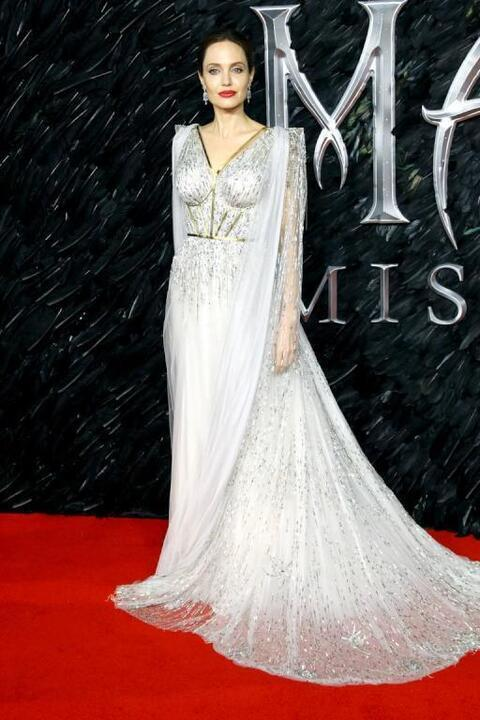 أنجلينا جولي تختار إطلالات مبهرة للترويج لفيلمها الجديد